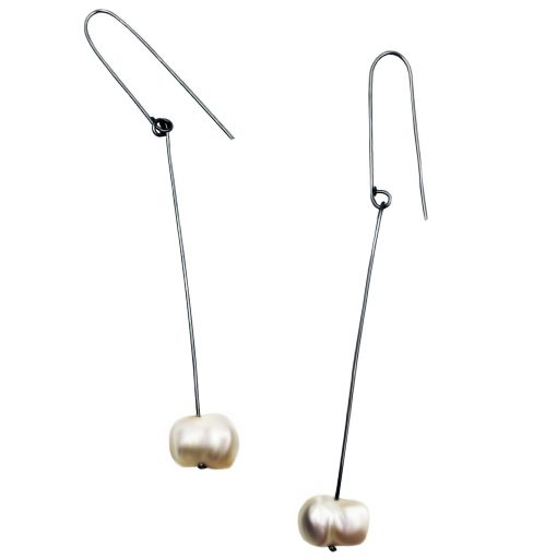 Long stainless steel wire earrings with barroque pearls.
